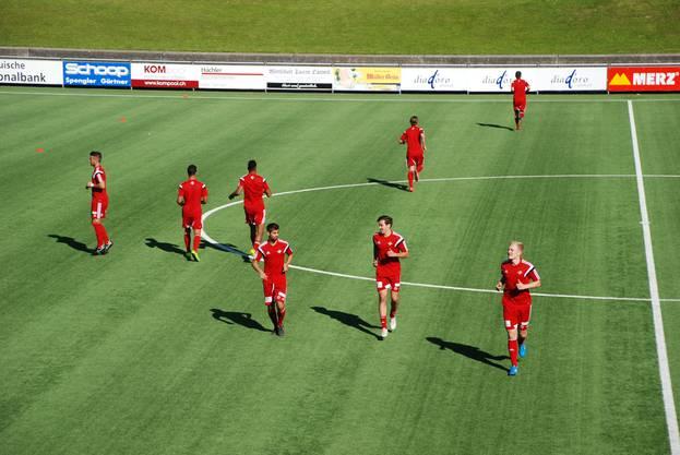 Der FC Baden wärmt sich vor dem Spiel gegen Dietikon auf.
