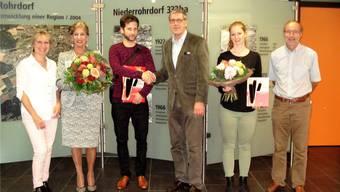 v.l.: Theres Egloff (Einwohnerdienste), Marietta Albertini Schaufelberger (4001.Einwohnerin), Marc Zünd (4000. Einwohner), Gregor Naef (Gemeindeammann), Gabriela Binkert (3991. Einwohnerin), Erich Keller (Einwohnerdienste).