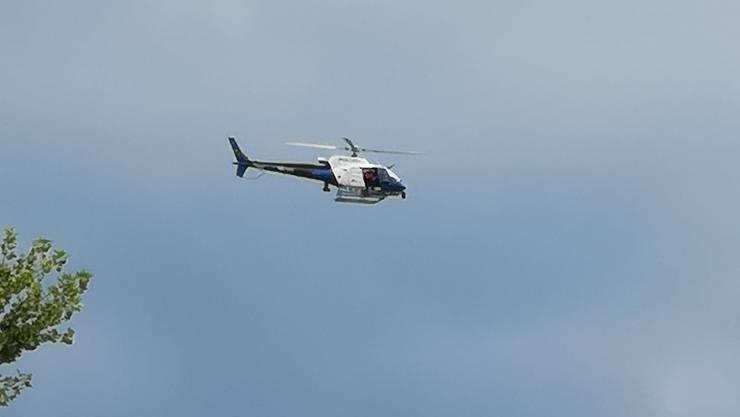 Der Polizeihelikopter am Freitag im Einsatz.