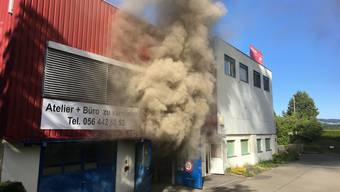 Die alarmierte Feuerwehr drang mit Atemschutztrupps in das Gebäude vor und konnte den Brandherd in einer Werkstatt lokalisieren.