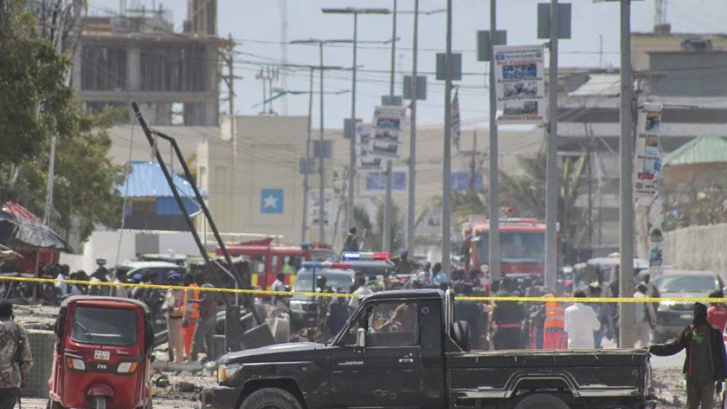 Somalische Sicherheitskräfte sichern den Anschlagsort in Mogadischu ab.