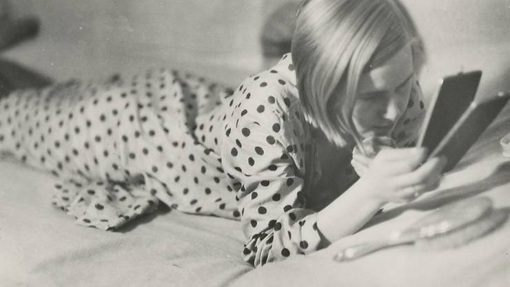 """Der Silbergelatine Abzug """"Freizeit eines arbeitenden Mädchens"""" (1933) von Marianne Breslauer (1909-2001) ist Teil der Ausstellung """"Spiegel - Der Mensch im Widerschein"""" im Museum Rietberg in Zürich. Sie dauert vom 17. Mai bis 22. September 2019."""