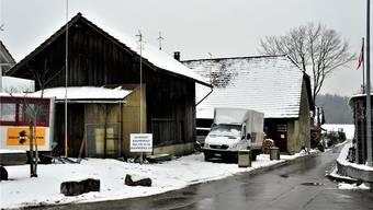 Vorne der Schopf, an dessen Platz die Genusswerkstatt zu stehen kommt, hinten das Bauernhaus, das ebenfalls umgebaut wird.