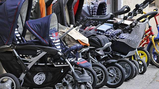 Ansammlung von Kinderwagen (Archiv)