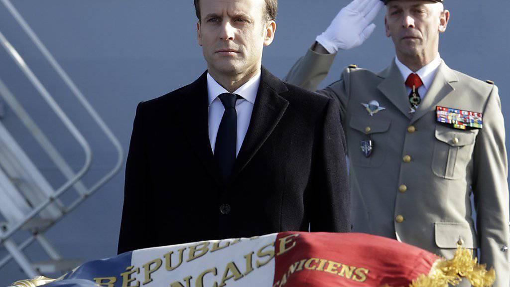 Der französische Präsident Emmanuel Macron (Mitte) will mehr Geld für das Militär ausgeben. (Archivbild)