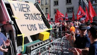 Vor der entscheidenden Stadtratssitzung demonstrierten die Gewerkschaften VPOD und Angestellte der Stadt Bern wegen der Erhöhung des Rentenalters von 63 auf 65 für Mitarbeiter der Stadt Bern.  sat