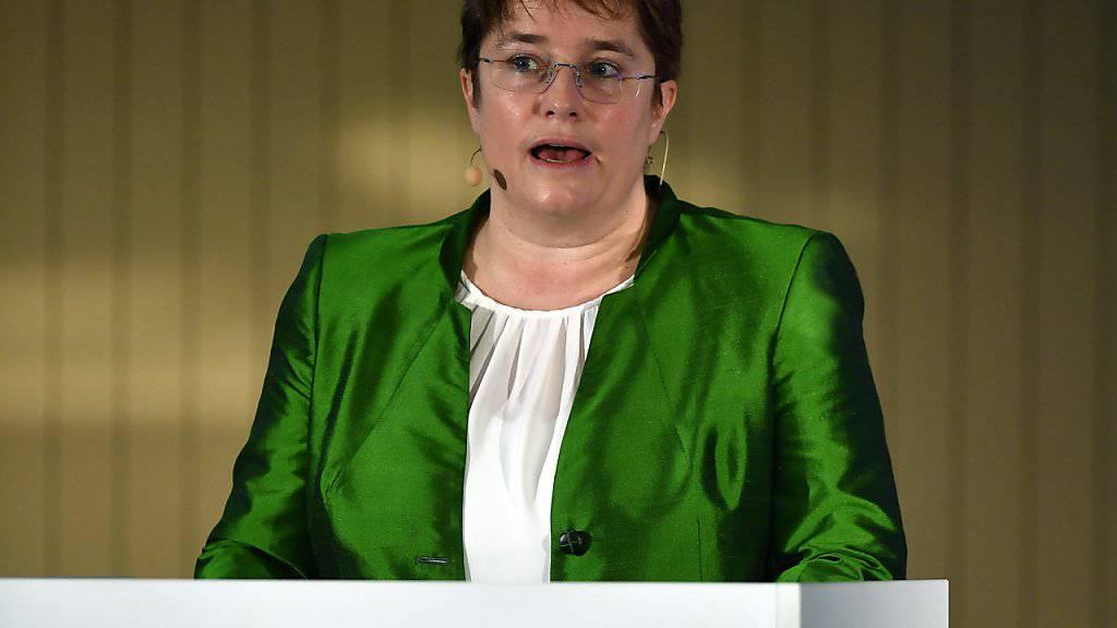 Ein Büro der Ems-Chemie wurde mit Farbe beworfen - möglicherweise im Zusammenhang mit Aussagen von Ems-Chefin Magdalena Martullo-Blocher zum Frauenstreik. (Archivbild)