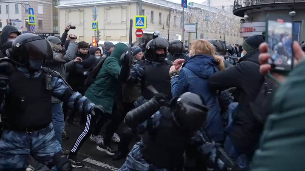 Mit Schlagstock und Handschellen: So brutal ging die russische Polizei gegen Nawalny-Demonstranten vor