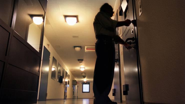 Der 36-jährige Häftling hatte sich ins einer Zelle stranguliert. (Symbolbild)