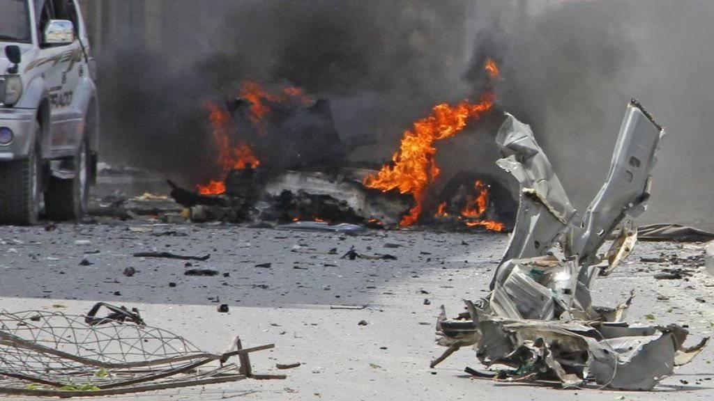 Ein brennendes Auto nach dem Anschlag in Mogadischu, Somalia.