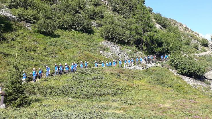 Die Wandergruppe auf dem engen Pfad