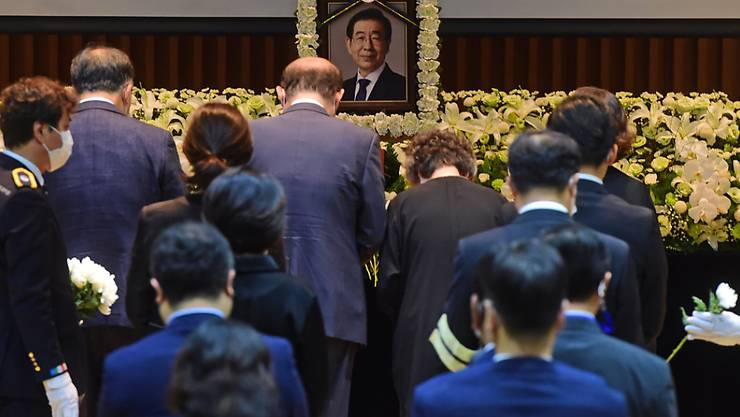 Hinterbliebene Familienmitglieder legen Blumen auf einen Altar für den verstorbenen Bürgermeister Park Won Soon während seiner Beerdigung im Rathaus von Seoul. Foto: YNA/dpa