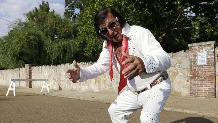 Elvis-Imitator Dennis Nickells in Graceland