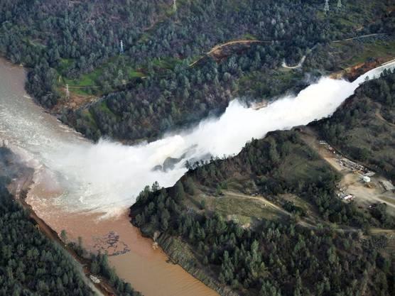 Die Wassermassen rauschen durch den Notausfluss des überfüllten Oroville-Stausees.