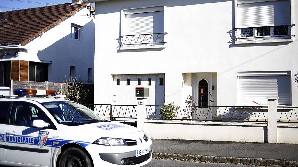 Ein Polizeiauto vor dem Haus der vermissten Familie. (Archiv)