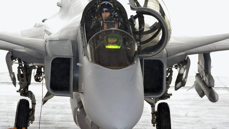 Die schwedischen Militärpiloten führen den Gripen 2014 in Emmen vor.