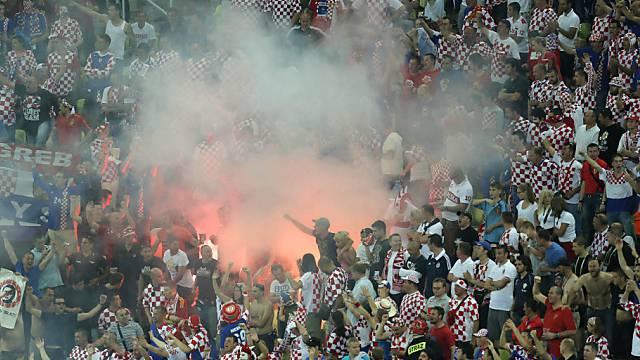 Feuerwerkskörper im Fanblock der Kroaten