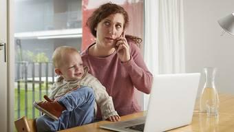 Telearbeit bietet grosse Chancen gerade auch für Mütter. Das Stressrisiko darf aber laut einer ILO-Studie nicht vernachlässigt werden. (Symbolbild)