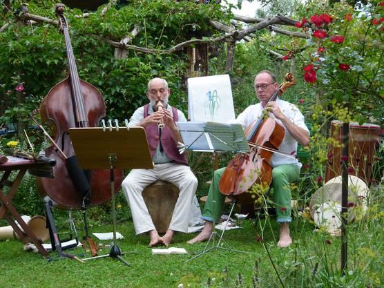 Ungewohnter Konzertort: der Naturgarten von Brigitte Balz ist Bühne für das Konzert