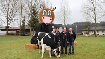 Vorfreude auf die dritte Viehschau des Viehzuchtvereins Gäu: (v.l.) David Berger mit Kuh Lissy, Beat von Felten, Paul Probst und Klemens Jäggi.