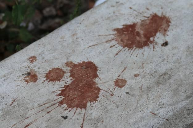 Auch diese Flecken sind typisch für Myanmar: Das ist kein Blut, sondern eine zerkaute, ausgespuckte Betelnuss. Die Dinger schmecken meiner Meinung nach ekelhaft