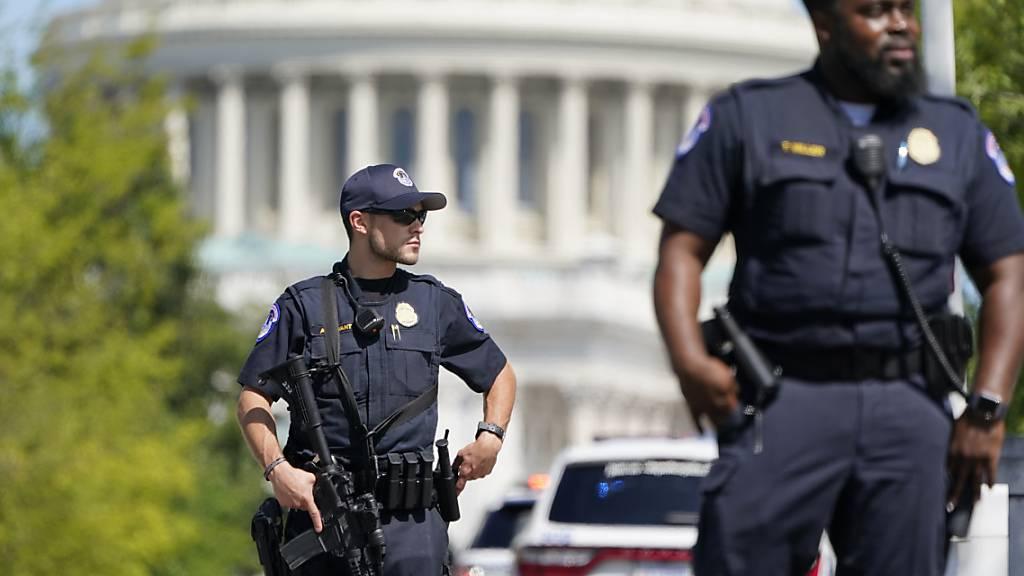 Beamten der Polizei des US-Kapitols stehen in der Nähe der Kongressbibliothek. Die Polizei des US-Kapitols untersucht ein verdächtiges Fahrzeug auf eine mögliche Bombe. Die Polizei teilte über Twitter mit, dass die Öffentlichkeit den Bereich vor der Bibliothek des Kongresses meiden solle. Foto: Patrick Semansky/AP/dpa