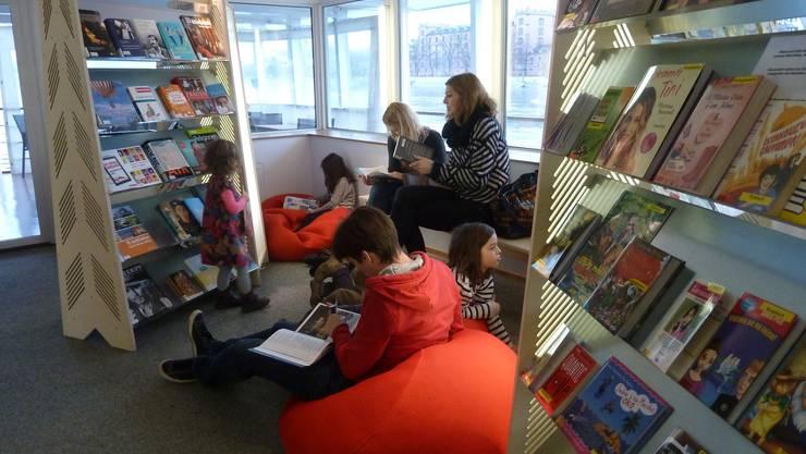Lesende Kinder im Jugendbücherschiff. Archiv