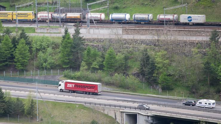 Mit mehr Geld und Zeit will der Bundesrat weitere Lastwagen auf die Schiene bringen. Die vorberatende Nationalratskommission will von beidem noch mehr.