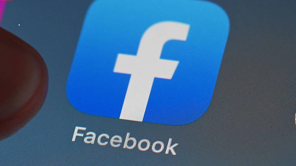 Auf dem Bildschirm eines Smartphones ist die Facebook-App zu sehen.