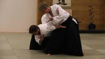 Perfektes Aikido mit Harmonie, Eleganz und Präzision.
