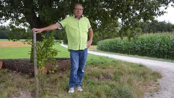 Gemeindeammann Hansedi Suter posiert da, wo der Robidog mal stand. Ein Unbekannter hat in der Zwischenzeit daneben ohne Erlaubnis einen Baum gepflanzt.