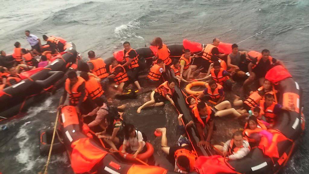 Nach dem Schiffsunglück vor der thailändischen Ferieninsel Phuket wurden mehrere Passagiere aus dem Wasser gerettet.