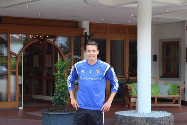 Philipp Degen vor dem Mannschaftshotel im Trainingslager