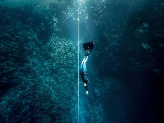 Apnoetaucher kommen unter Wasser ohne Sauerstoffflasche aus. Heute jagen die Taucher Rekorde und Grenzerfahrungen, früher suchten sie am Meeresgrund Schwämme und Perlen. Auf der koreanischen Insel Jeju wird dieses Immaterielle Unesco-Kulturerbe noch gelebt. «Seefrauen» tauchen täglich ohne Atemhilfe im Wasser nach Seeigeln. Vor dem Tauchgang pressen die Apnoetaucher mit einer speziellen Technik bis zu vier zusätzliche Liter Luft in die Lunge. «Dann geht es um Loslassen. Wenig Anspannung, verminderter Sauerstoffbedarf», rät Thomas Oberhuber, österreichischer Staatsmeister im Apnoetauchen. Er hält es fünfeinhalb Minuten unter Wasser aus. Loslassen und Ruhigbleiben hilft unter Wasser. Aber auch, wenn man im Stau sitzt, obwohl das Meeting bereits begonnen hat.