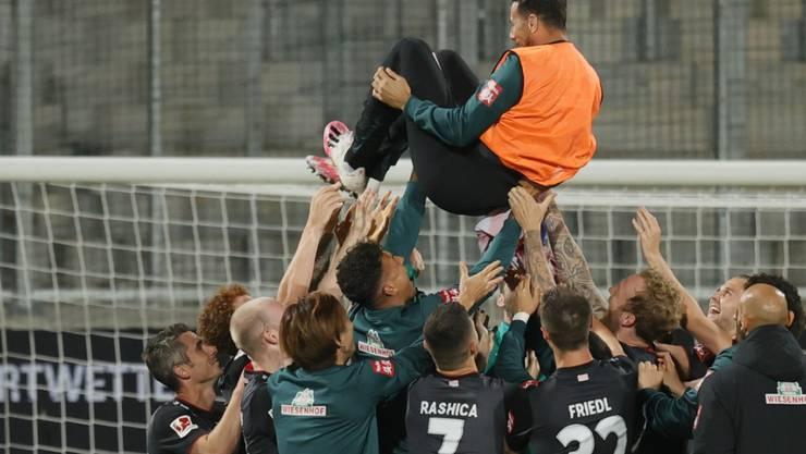 Die Spieler von Werder Bremen freuen sich über den Ligaerhalt