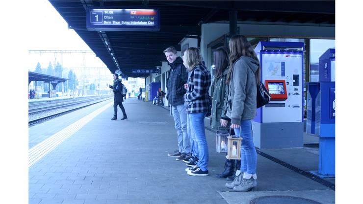 Das Friedenslicht wird in Liestal auf den Zug nach Bern getragen.