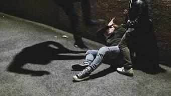 Bei einem handgreiflichen Streit ist ein Mann und seine Begleitung verletzt worden. (Symbolbild)
