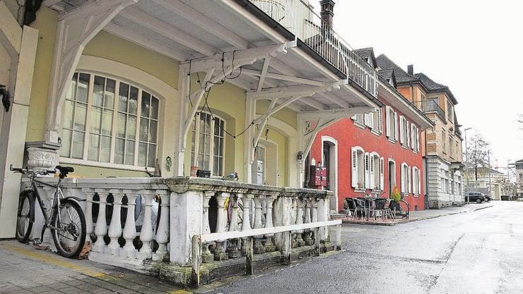 Die «Alte Schmitte» (vorne) und das «Müller-Haus» befinden sich an zentraler Lage an der Schulthess-Allee.