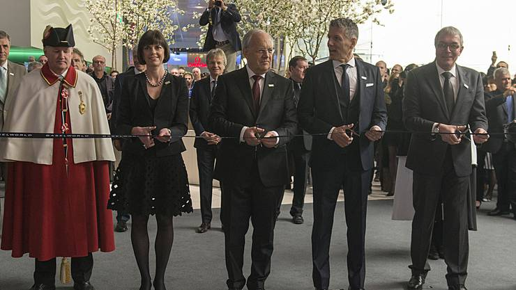 Eröffnen offiziell die Baselworld: Baselworld-Direktorin Sylvie Ritter, Bundesrat Johann Schneider-Ammann, Messe Schweiz-CEO René Kamm und Regierungsrat Christoph Brutschin.