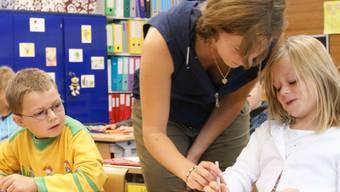 Eine Heilpädagogin unterstützt Schüler in der Regelklasse. (Archiv)