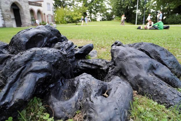 Sonja Feldmeier zeigt im Park beim St.Alban-Tor «Sleeping Tree».