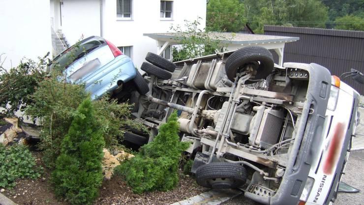 Glück im Unglück: Auto und Lieferwagen landen im Garten. Verletzt wird dabei niemand.