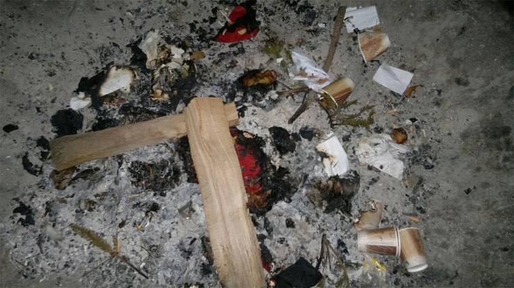 Der Müll ist nicht restlosverbrannt in der Feuerstelle.