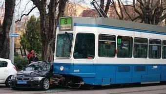 Das 8-erTram kollidierte mit einem Auto.