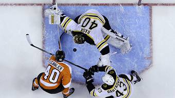 Vincent Lecavalier wird von Boston-Goalie Tuukka Rask gestoppt