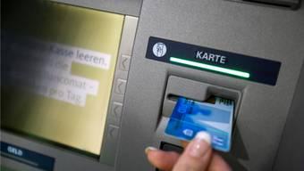 Eine Frau wurde am Dienstag in Brugg beraubt, als sie dabei war Geld abzuheben (Symbolbild).