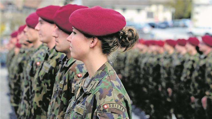 Obligatorische Infotage sollen mehr Soldatinnen bringen.