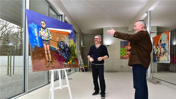 Hausherr Markus Borner (rechts) gewährt Salvatore La Cola und seinen Bildern für einen Monat Gastrecht im Hochstudhaus Obergösgen. Bruno Kissling