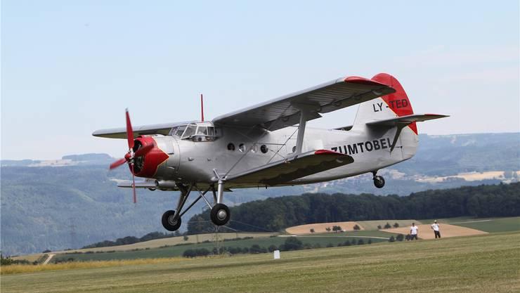 Die Besucher können mit einer Antonov 2 über das Fricktal mitfliegen.