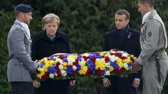 Frankreichs Präsident Macron und die deutsche Kanzlerin Merkel legten einen Kranz zum Gedenken an die Opfer des Ersten Weltkriegs nieder.